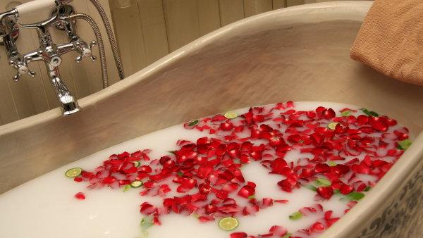 Ide�ln� teplota vody pro koupel je 44 stup�� Celsia a m�n� - Ilustra�n� foto.