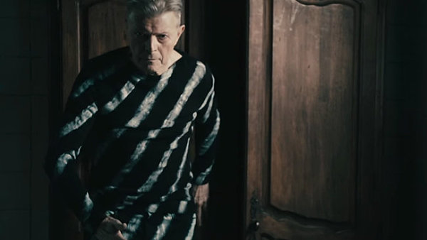 David Bowie na sn�mku z videoklipu k p�sni Lazarus.