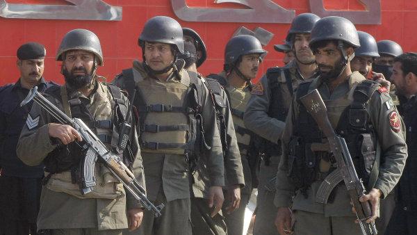 Pákistánské jednotky na místě útoku na Univerzitě Bacha Chána