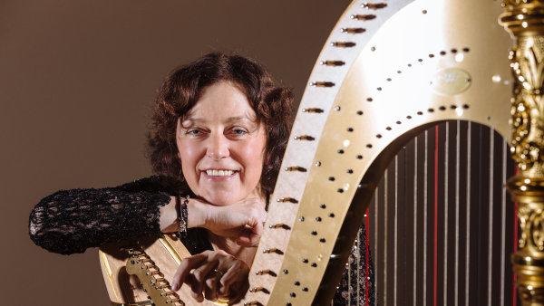 Harfistka Barbara Pazourov� nastupovala do �esk� filharmonie jako teprve druh� �ena.
