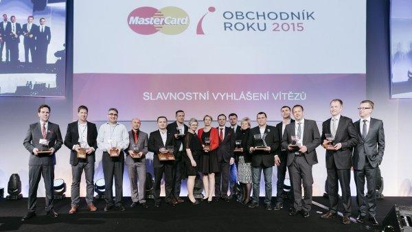 Společné foto vítězů v soutěži MasterCard Obchodník roku 2015