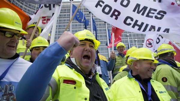 Snazší dovoz z Číny ohrozí ocelářství v EU, varovali demonstranti.