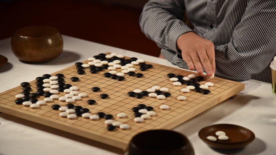 AlphaGo v zápase proti předchozímu lidskému protivníkovi Fan Huiovi v sídle Googlu