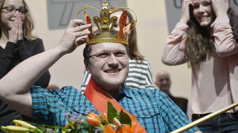 Ocenění pro nejoblíbenějšího kantora Zlatý Amos získal chemikář Jan Flídr ze Dvora Králové.