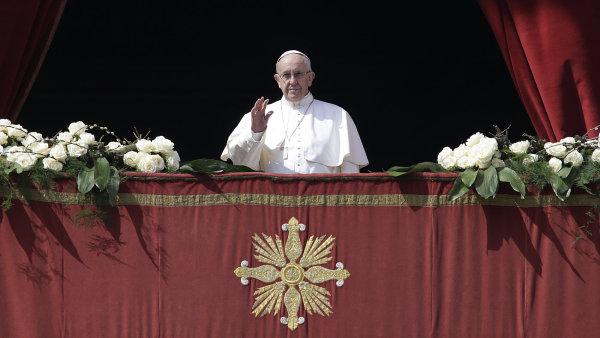 Papež František při požehnání Urbi et orbi.