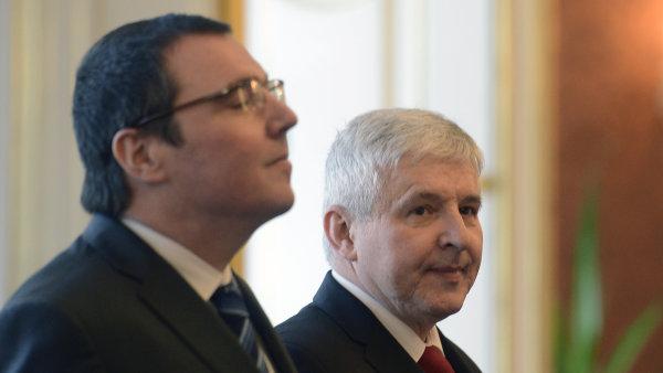 Bývalý guvernér ČNB Miroslav Singer (vlevo) a současný guvernér Jiří Rusnok.