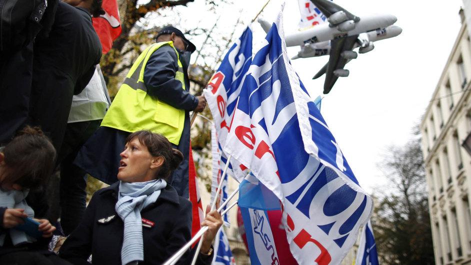 Proti rušení pracovních míst vAir France vříjnu v Paříži bouřlivě protestovali zaměstnanci firmy.