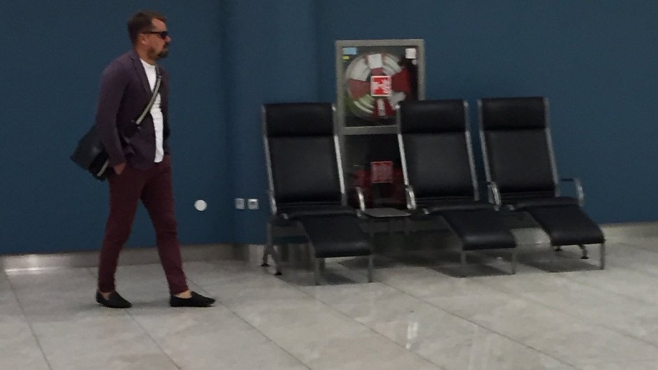 Marek Dalík na letišti den před nástupem do vězení, z Twitteru Petra Ježka.
