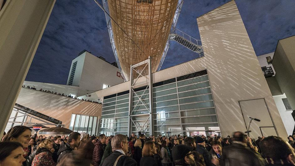 Snímek ze křtu vzducholodi Gulliver nad Centrem současného umění Dox.