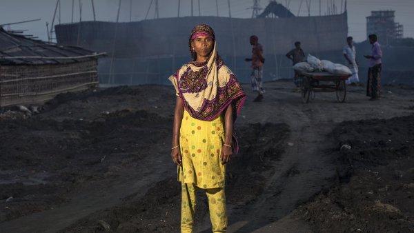 """Stejně jako mnoho mužů i ženy, jako je Lokkhi (32), vozí cihly. Pochází ze severovýchodní provincie Habiganj. """"Chtěla bych ještě jednou vidět doma svou starou matku."""""""