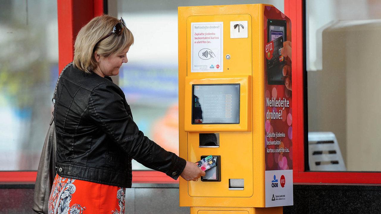 Prodejní automat na jízdenky v Liberci umožňuje nákup bezkontaktní platební kartou.