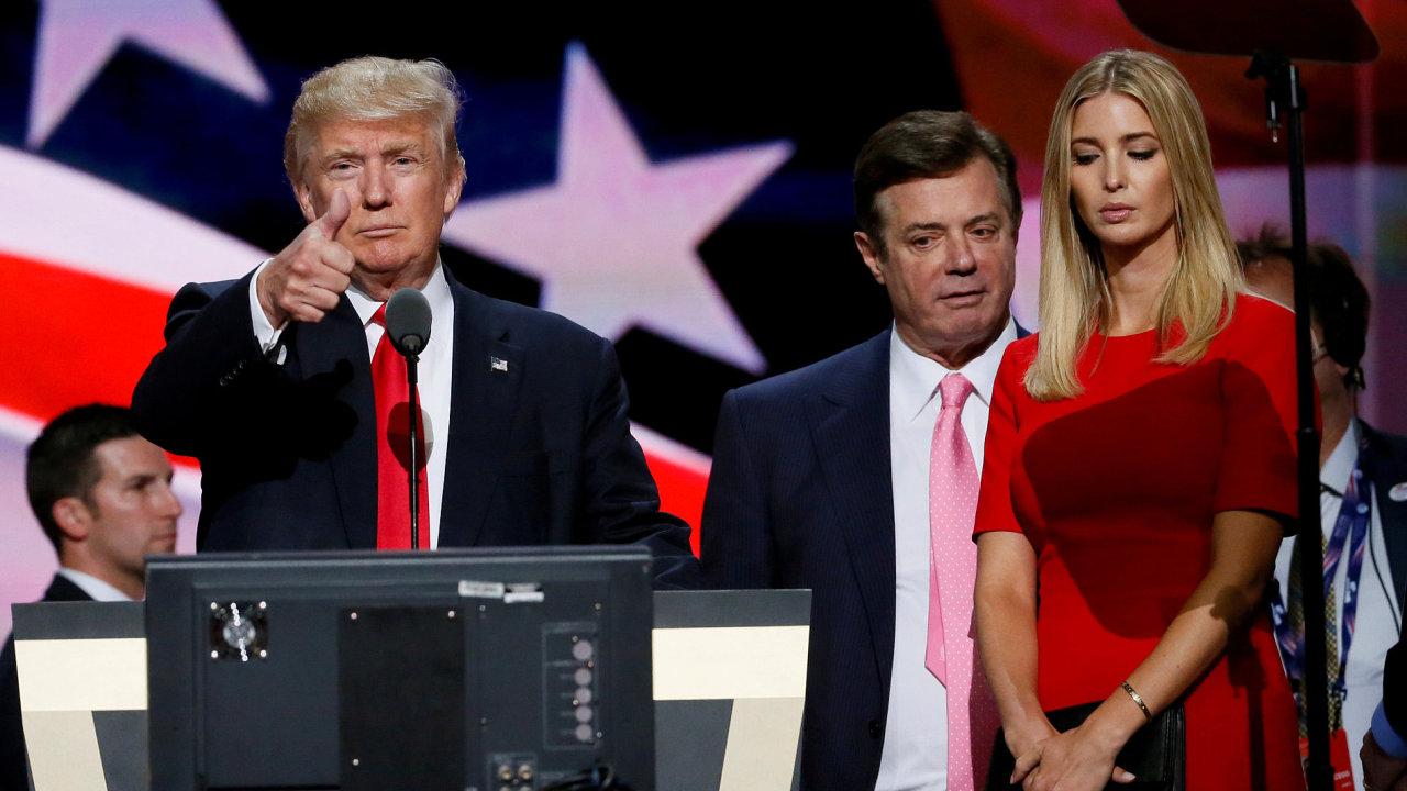 Paula Manaforta (upostřed) vyšetřovali agenti FBI.