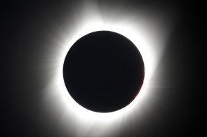 Úplné zatmění Slunce po téměř sto letech. Tisíce Američanů zamířily za neopakovatelným tříminutovým zážitkem
