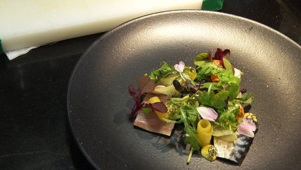 Nápad na lehkou večeři. Uzená makrela naložená ve šťávě z citrusů