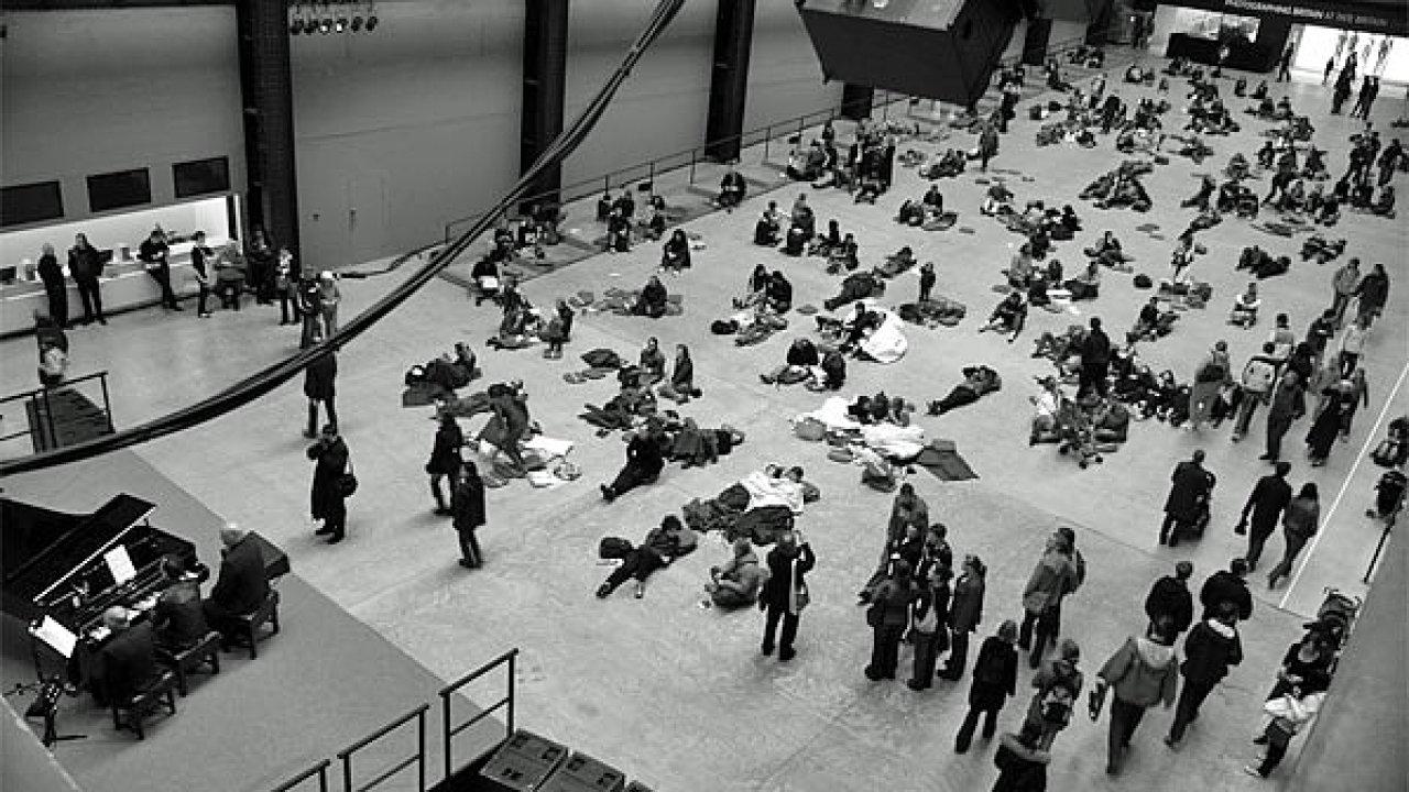 Snímek pochází z maratonu Satieho Vexations v britské galerii Tate Modern, kde skladba roku 2007 doprovázela film Andyho Warhola Sleep.