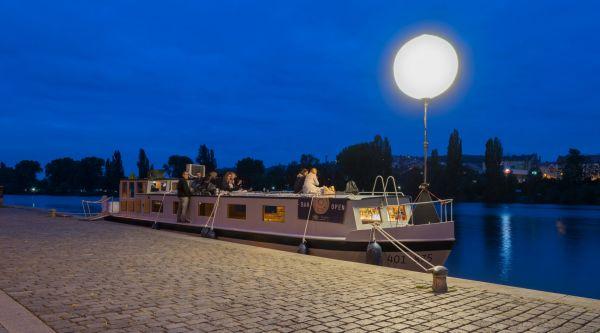 Barová loď Imago Mundi kotví na pražské Výtoni.