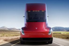 Tesla představila elektrokamion a modernizovaný vůz Roadster. Někteří analytici firmu kritizují, že vyrábí