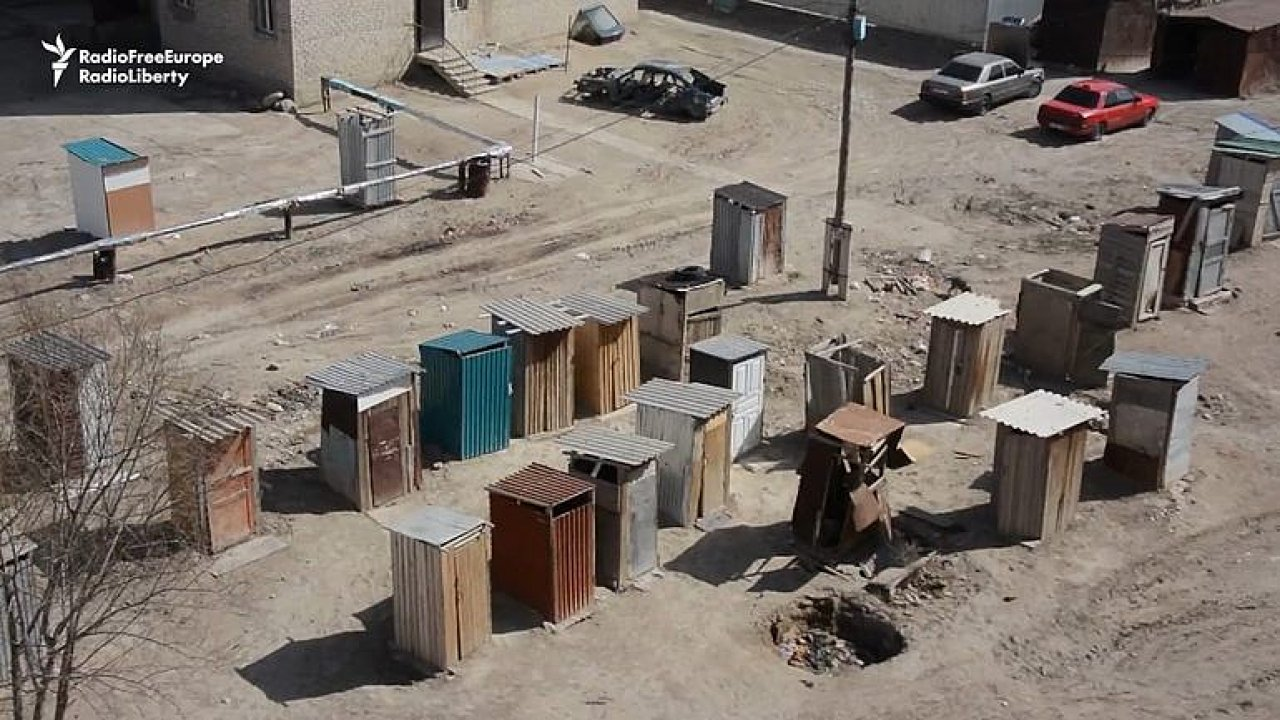 Desítky kadibudek na dvoře. V bytovém domě na jihu Kazachstánu žijí lidé bez kanalizace.
