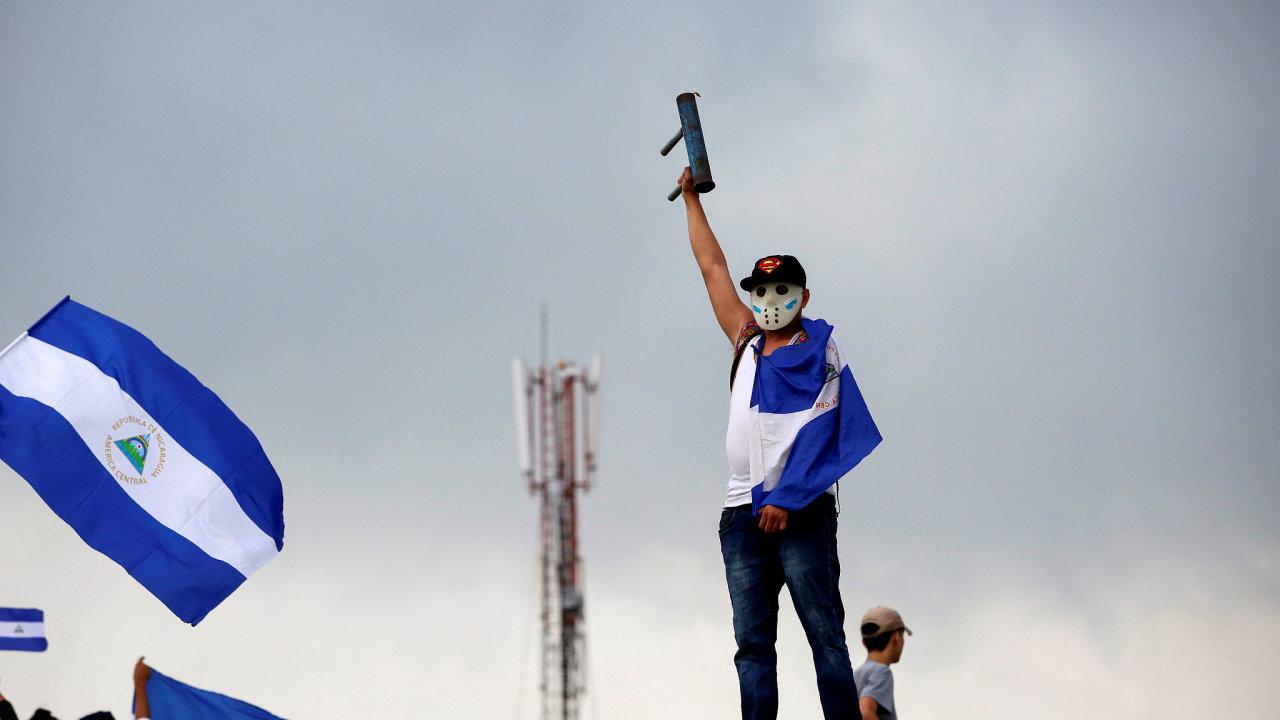 Protesty proti prezidentovi Ortegovi trvají už přes šest týdnů, vyžádaly si 84 obětí.