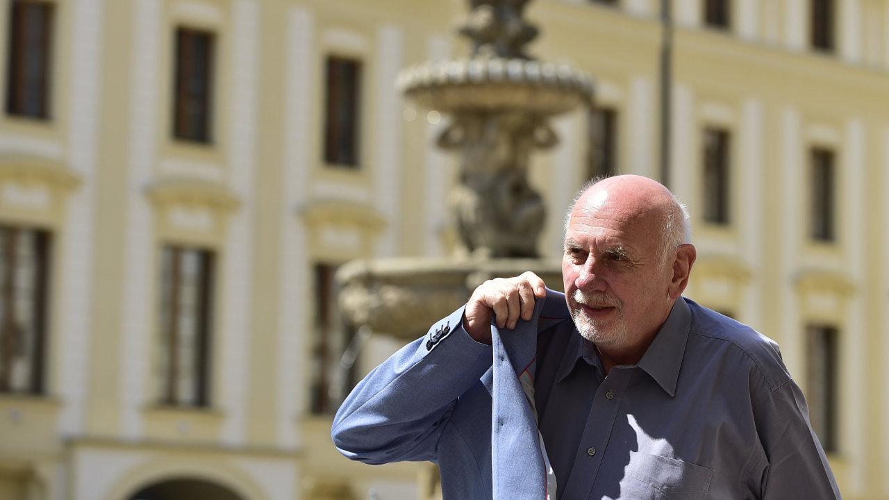 Předseda Ústavního soudu Pavel Rychetský přichází na Pražský hrad, kde se setká s prezidentem Milošem Zemanem a předsedou Nejvyššího soudu Pavlem Šámalem.