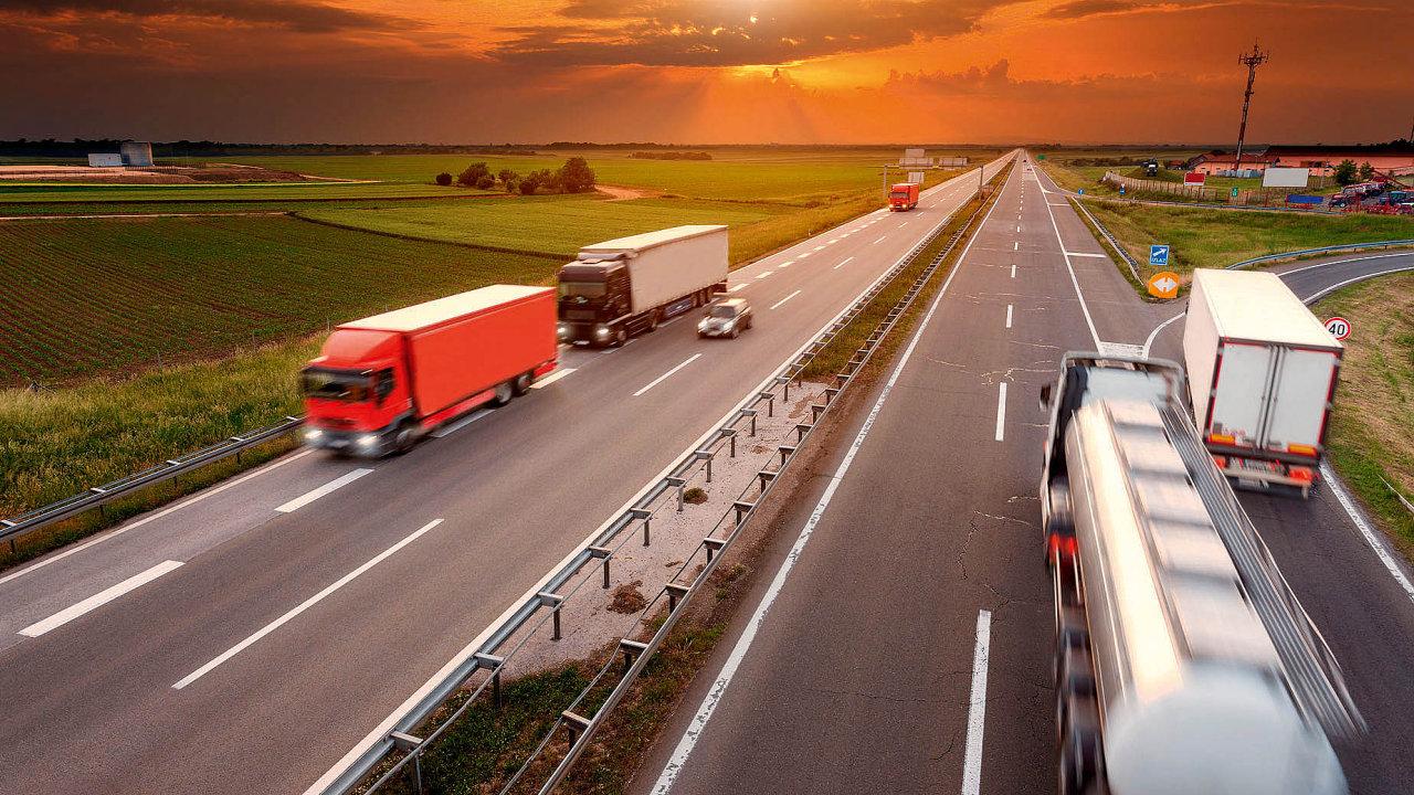 Nákladní vozy mohou v Česku vozit těžší náklad, než je běžné v ostatních evropských zemích. Podle ministerstva dopravy je to jedna z hlavních příčin toho, že jsou tuzemské silnice ve špatném stavu.