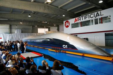 HyperloopTT představil první kapsli pro přepravu cestujících. Pasažéři se v ní svezou za tři roky, věří ředitel společnosti