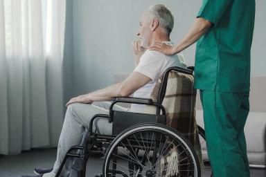 Čekání napeníze: Příspěvky napéči potřebují lidé stělesným či mentálním postižením nebo dlouhodobě nemocní.