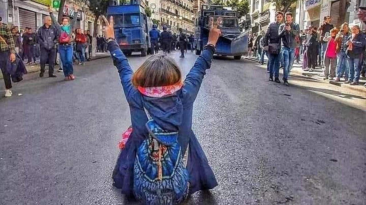 Proti páté kandidatuře alžírského prezidenta Abdelazíze Boutefliky vypukly v celé zemi masivní protesty a demonstrace. Nejkreativnější mezi protestujícími jsou zejména mladí.