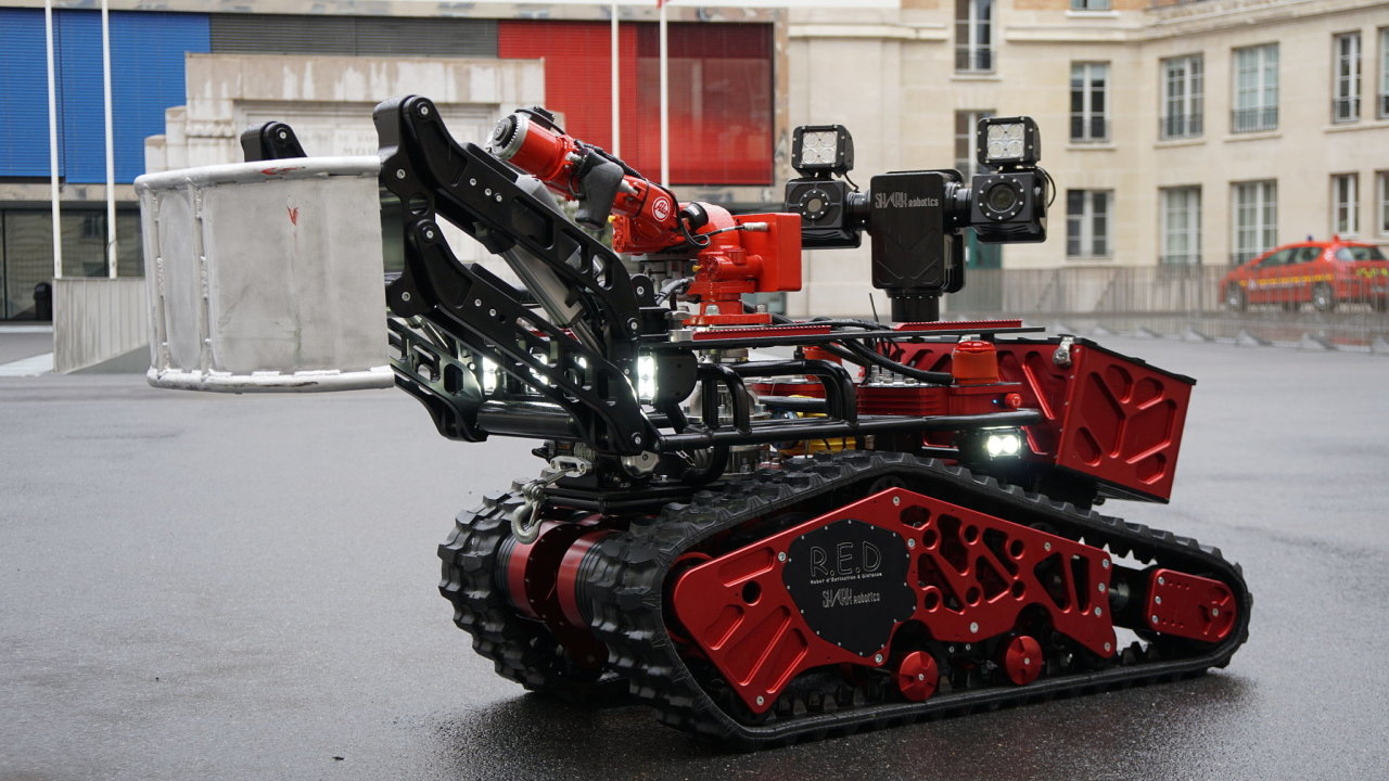 Robot Colossus nelétá, ale na obrázku je verze přímo pro pařížské hasiče.