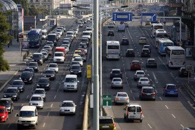 Nejvíce Čechů do práce dojíždí vlastním autem - tento způsob dopravy preferuje téměř polovina respondentů průzkumu agentury Nielsen Admosphere.