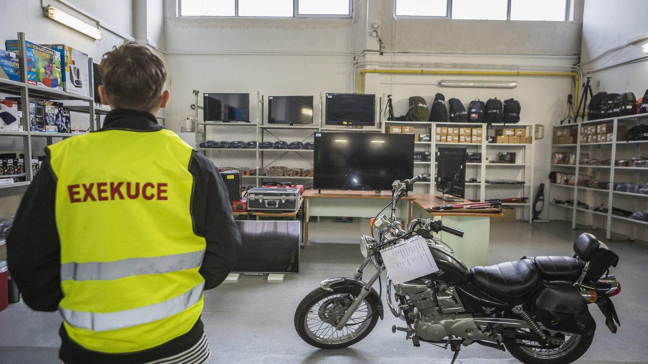 reportáž z exekutorského skladu a průběhu dražby zabavených věcí v Přerově