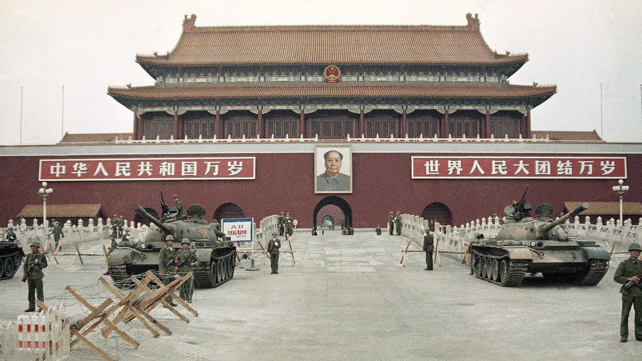 Na fotografii z 10. června 1989, vojska Čínské lidové osvobozenecké armády (PLA) stojí na stráži s tanky před Náměstí Nebeského klidu po rozdrcení demonstrací studentů.