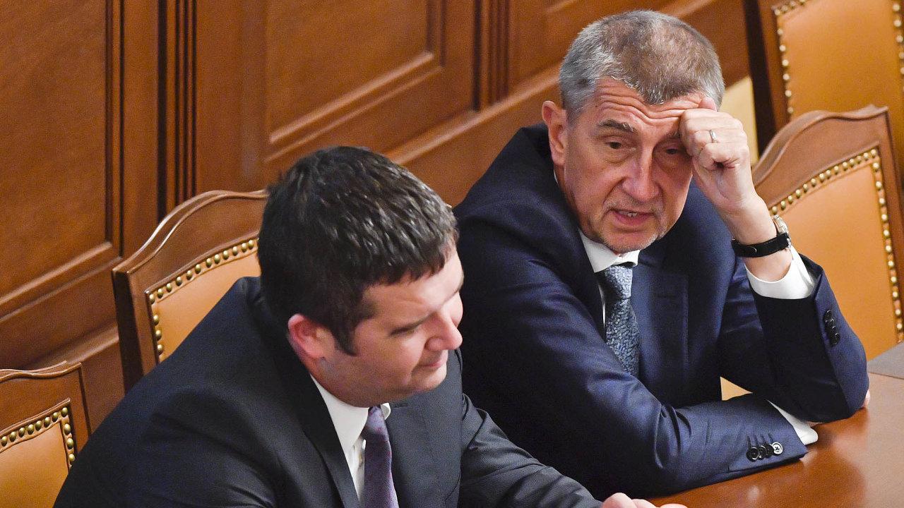 Předseda ČSSD Jan Hamáček a premiér Andrej Babiš (ANO) během středečního jednání sněmovny před hlasováním o vyslovení nedůvěry vládě.