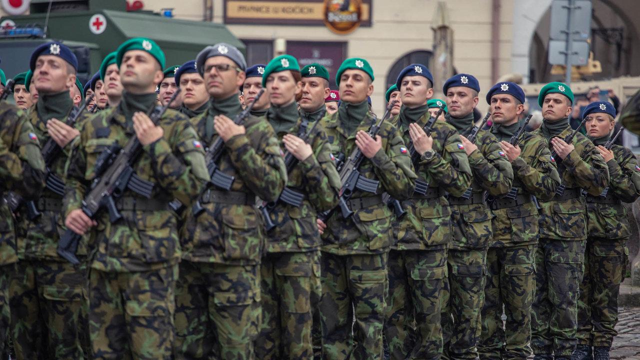 Nová armádní krev. Vojáci skládají poslední dubnový den veVyškově přísahu, že budou sloužit vlasti. Jeden zmilníků kariéry varmádě ten den zažilo 462 vojínů.