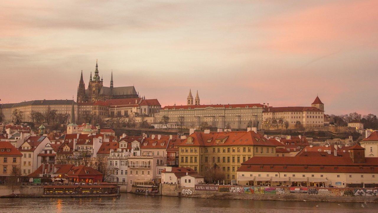 Praha přitahuje každý rok miliony turistů.