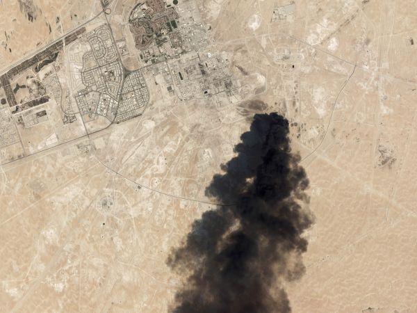 Satelitní snímek po sobotním útoku na dvě saúdskoarabská ropná zařízení