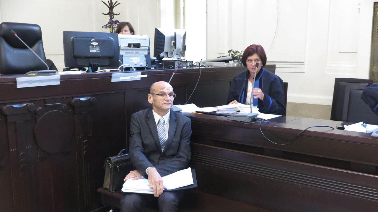Bývalý soudce Vrchního soudu vPraze Elischer čelí obžalobě, že se uněj daly koupit mírnější rozsudky vdrogových kauzách spojených svietnamskou komunitou.