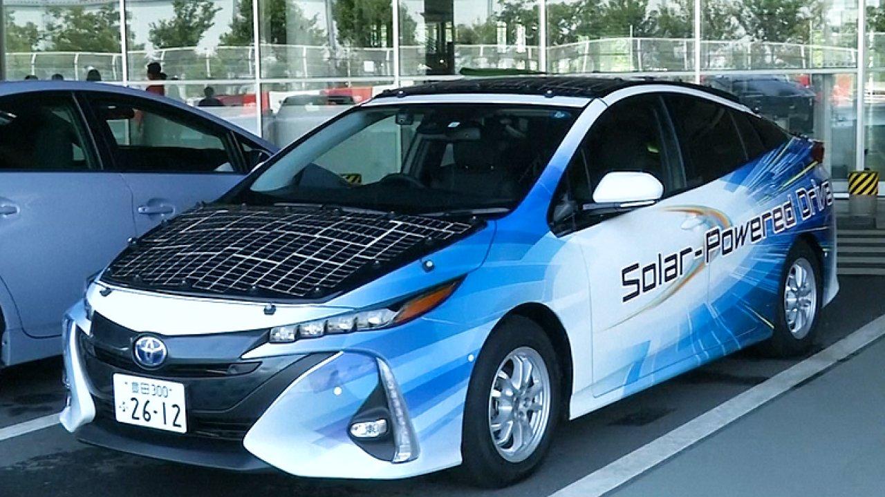 Toyota testuje hybrid na solární pohon. Auto se dobíjí za jízdy