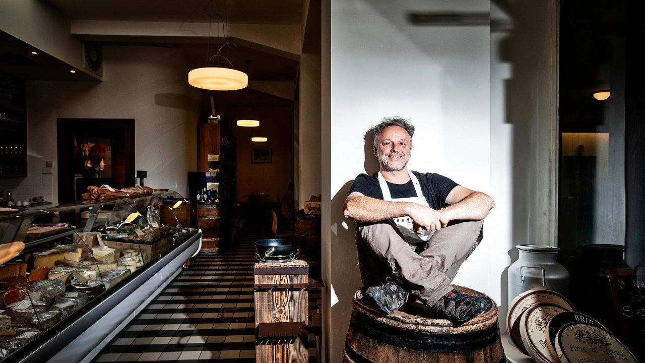 Francouz Gaël Dandelot provozuje v Praze obchod se sýry.