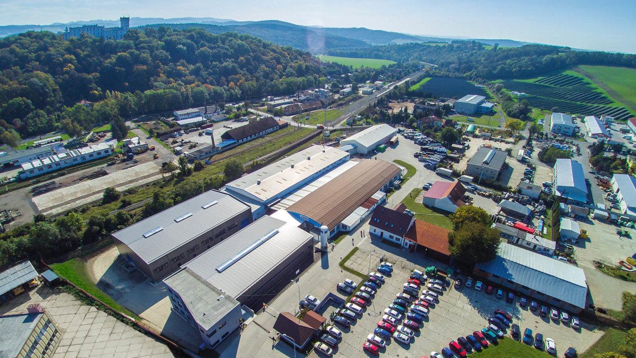 Vpodzámčí. Areál firmy SKD Bojkovice se nachází nadohled odmístního zámku. NaUherskohradišťsku společnost patří mezi významné zaměstnavatele.