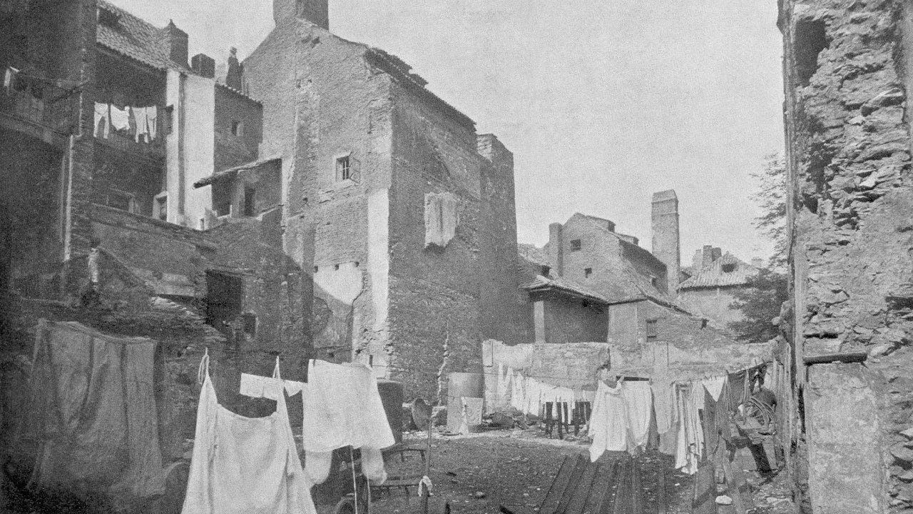 Zmizelá Praha. Starý Josefov, bývalé pražské židovské ghetto, tak jak vypadal krátce před příjezdem bourací techniky na konci 19.století.