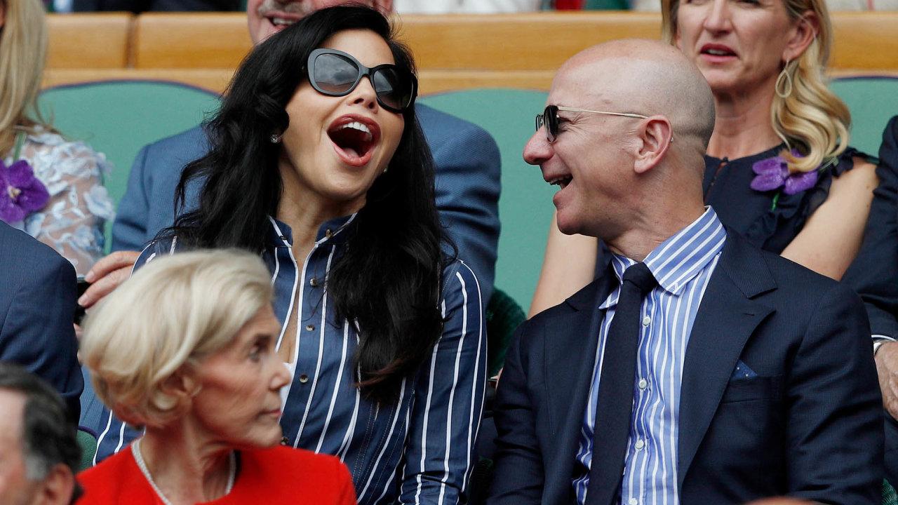 Teprve když se rozvedl avypořádal majetek sbývalou ženou MacKenzie, objevil se Jeff Bezos naveřejnosti poboku jiné ženy, Lauren Sánchezové. Vybral si tenisový Wimbledon.