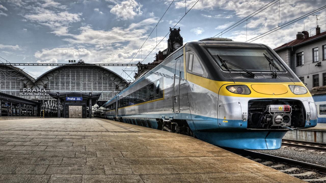 Peníze prodopravu: Česko sice zevropských dotací modernizuje železnice, přidat ale může vevýstavbě dálnic anových silnic.