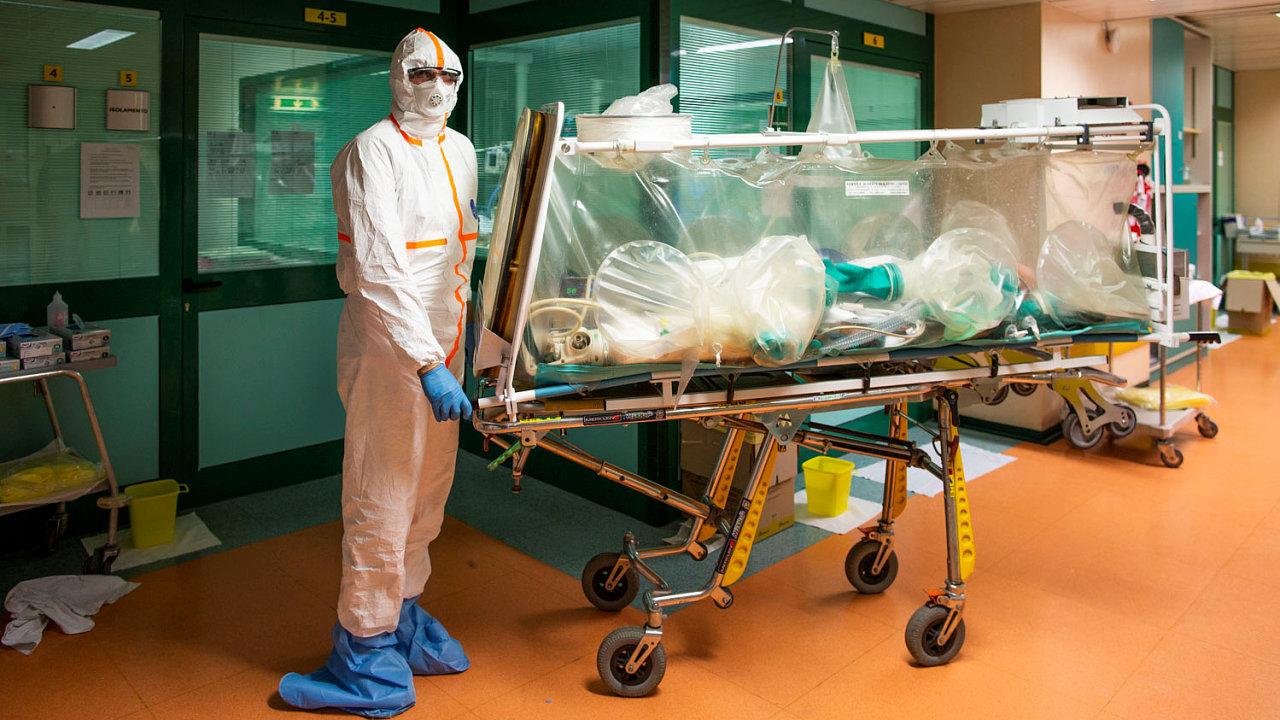 Nemocnice v Římě. Lékař převáží pacienta nakaženého koronavirem.
