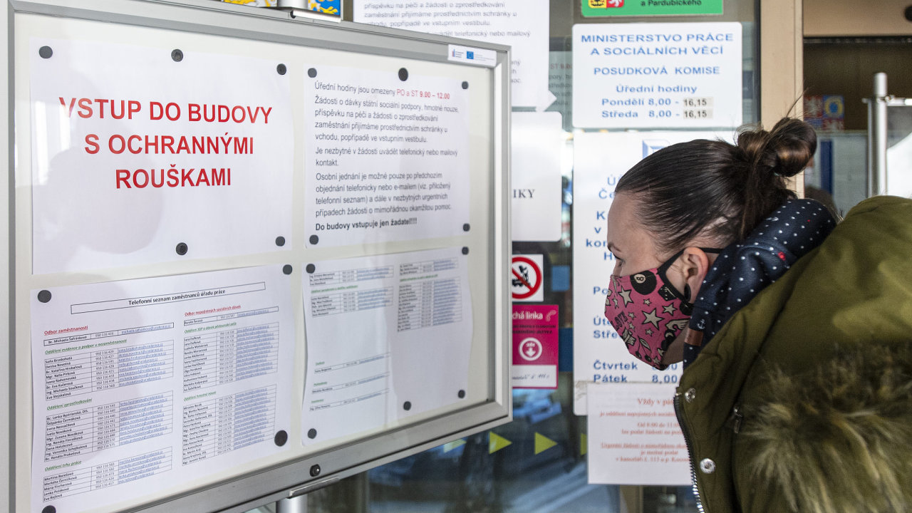 Úřady práce v souvislosti s epidemií koronaviru zaznamenaly nárůst počtu žádostí o registraci. Mezi žadateli převažují lidé z pohostinství, služeb nebo cestovního ruchu.