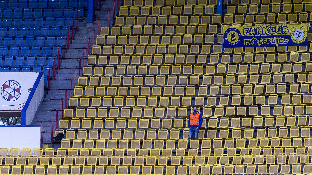 Úvodní utkání obnovené sezony první ligy pokoronavirové pauze mezi fotbalisty Teplic aLiberce mělo kvůli přísným hygienickým abezpečnostním opatřením netradiční kulisy.