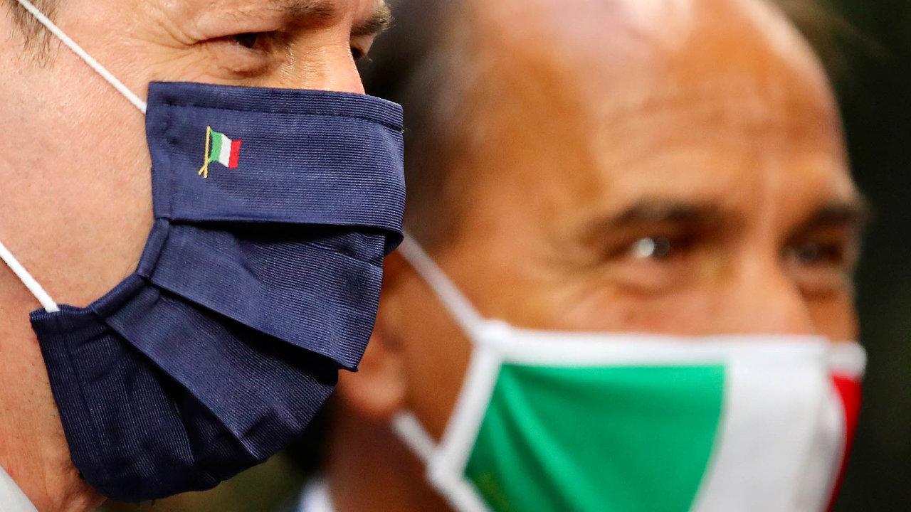 Premiér Giuseppe Conte (vpopředí) nasummitu lídrů zemí EU získal pro Itálii celkem 209 miliard eur. Ztoho 82 miliard jsou nevratné dotace, zbytek půjčky.