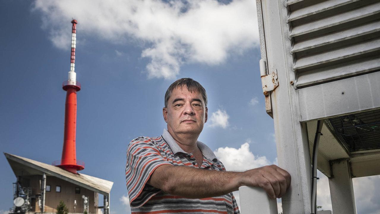 Osamělý vrchol. Meteorolog Radim Tolasz uzáložní měřicí budky, zaním vysílač na Lysé hoře.