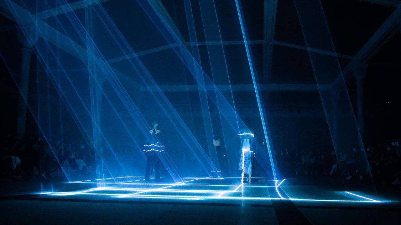 Zavedený slovenský návrhář Zoltán Tóth upoutal vprostoru Gabriel loci světelnými efekty iupravenými modely známé značky Levi's, unichž se stírá hranice mezi pánským adámským.