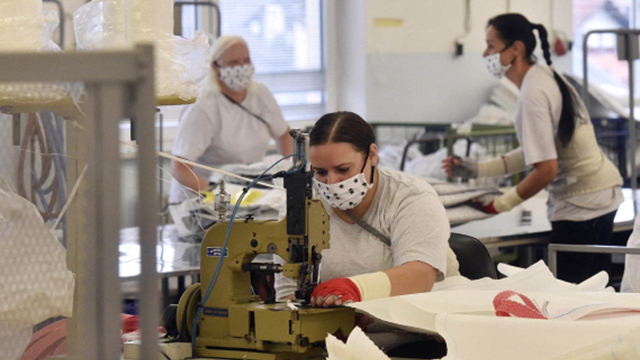 Zhoršování situace ohledně koronaviru řada firem pocítila zatím jen tak, že si její zaměstnanci museli opět nasadit roušky. Snímek je ze společnosti Conrop z Bolatic.